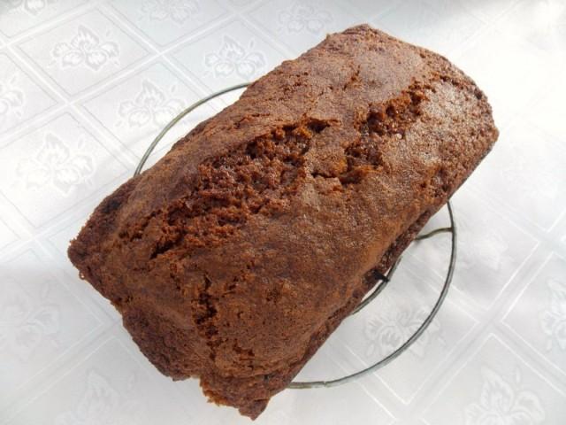 Вынимаем имбирный кекс с сухофруктами из формы и даем ему немного остыть