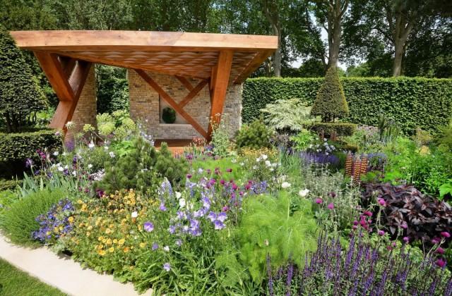 Зеленая палитра садовых растений в сочетании с модным в сезоне 2018 года фиолетовым цветом