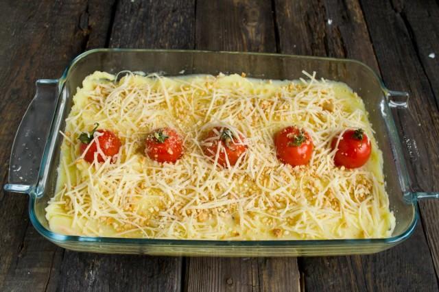 Посыпаем натёртым сыром и ставим пастуший пирог запекаться в духовку