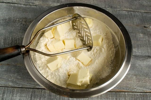 Смешиваем пшеничную муку с пекарским порошком. Добавляем сливочное масло