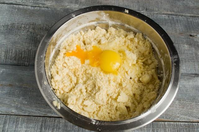 Добавляем 1 целое яйцо и 1 желток. Быстро перемешиваем