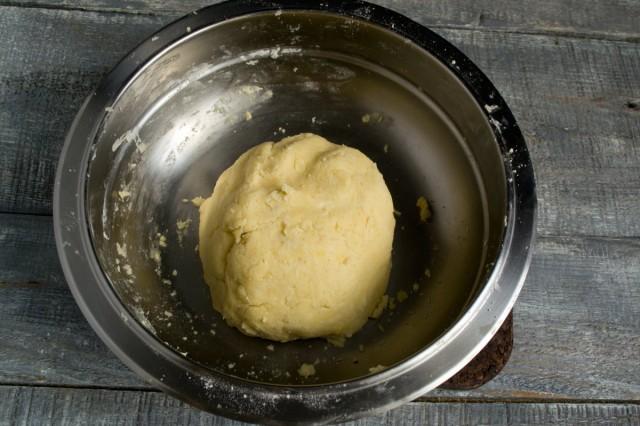 Готовое песочное тесто убираем в холодильник