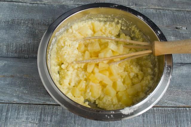 Перемешиваем ингредиенты венчиком, добавляем консервированные ананасы