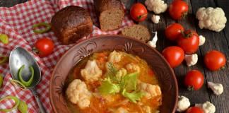 Постный суп с цветной капустой, кокосом и помидорами