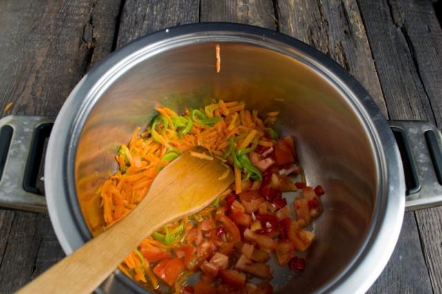 Добавляем в обжарку нарезанные помидоры и острый перец
