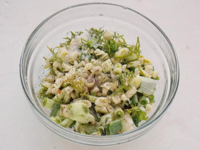 Нарезанные зелень и чеснок смешиваем в миске, добавив соль и специи