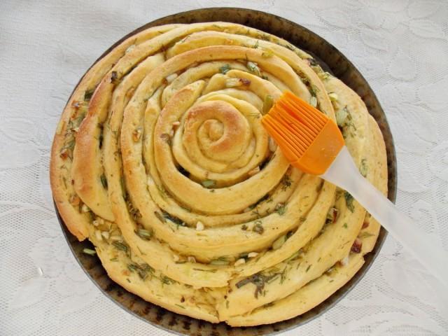 За 5 минут до готовности обмазываем хлеб растительным маслом