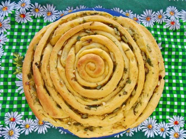 Спиральный хлеб с пряными травами и чесноком