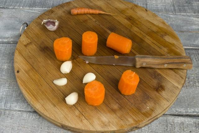 Чистим морковь и чеснок
