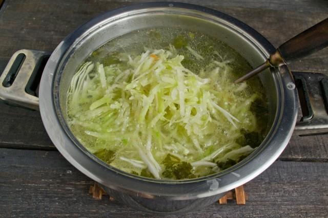 Выкладываем в кипящий бульон картошку, капусту и редьку