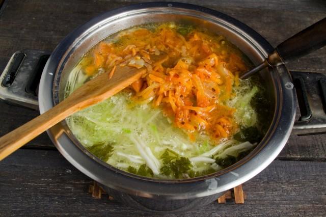 Кладём в кастрюлю обжаренные лук и морковь