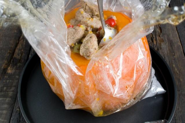 Перекладываем начинку из мяса с рисом и овощами в тыкву и ставим тушиться в духовку