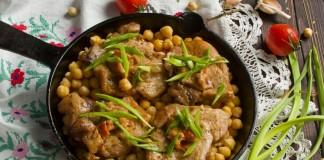 Вкусная свинина с нутом и луком в духовке