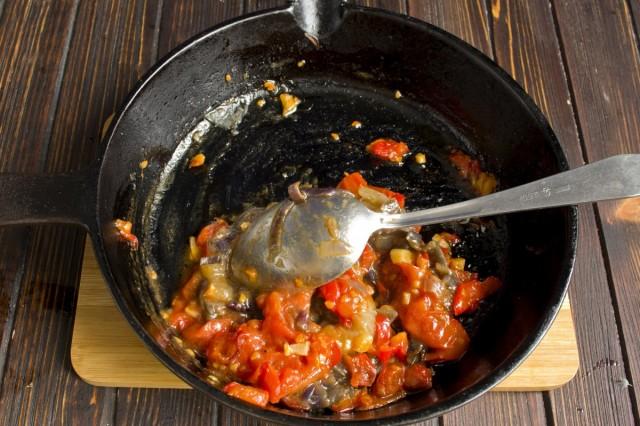 Обжариваем нарезанные овощи, солим и добавляем лук, на котором тушилось мясо