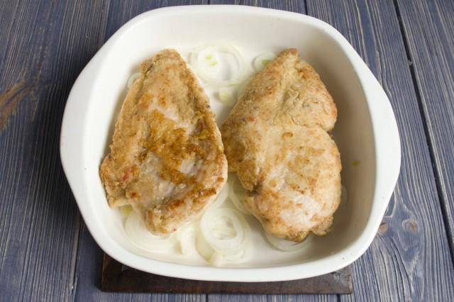 Обжариваем куриное филе и выкладываем в форму для запекания