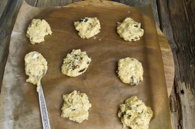 Выкладываем тесто для печенья на пергамент, смазанный маслом