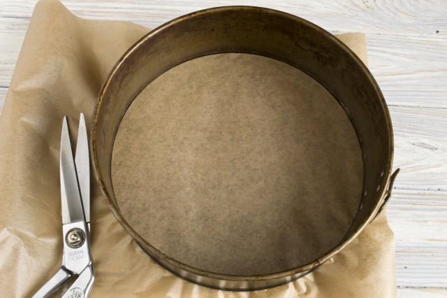 Застилаем форму для запекания пергаментом