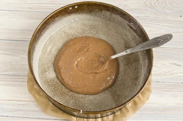Наливаем часть теста с какао в центр формы для запекания