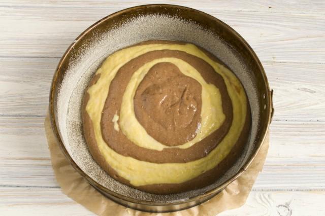 В центр коричневого теста наливаем светлое тесто, ждём пока оно немного растечётся и, снова, в центр круга наливаем тесто с какао. Повторяем процедуру