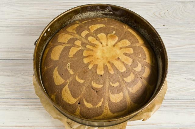 Ставим запекаться пирог в заранее нагретую до 180 градусов духовку на 40-45 минут