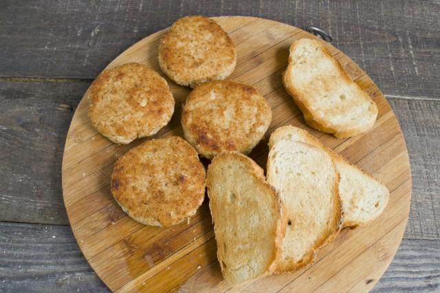 Обжариваем котлеты и подсушиваем хлеб