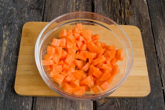 Добавляем в кастрюлю нарезанную морковь