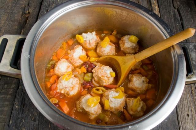 За 7 минут до готовности кладём на овощи куриные фрикадельки