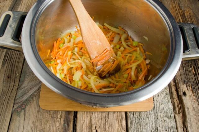 В кастрюле пассеруем репчатый лук, морковь и сельдерей