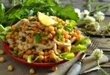 Салат с копченой курицей и нутом