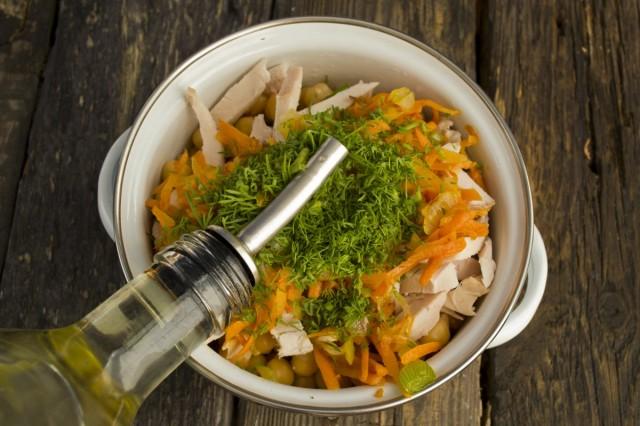Заправляем салат из нута с копчёной курицей растительным маслом