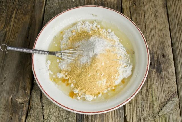 Просеиваем пшеничную и кукурузную муку, добавляем пекарский порошок и соду