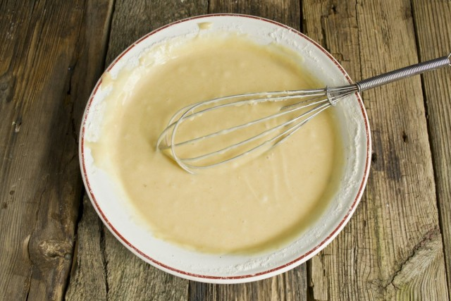 Замешиваем тесто для шарлотки
