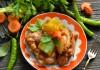 Запеченная в духовке курица с картошкой