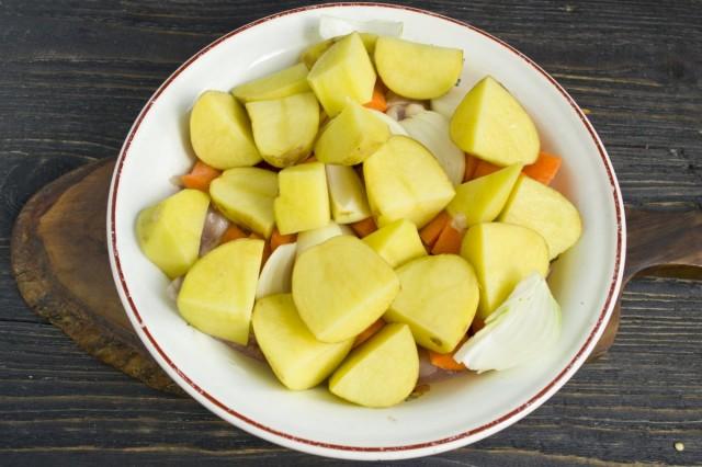 Нарезаем картофель крупными кусками