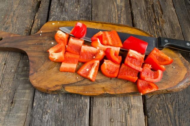 Нарезаем сладкий болгарский перец крупными квадратами