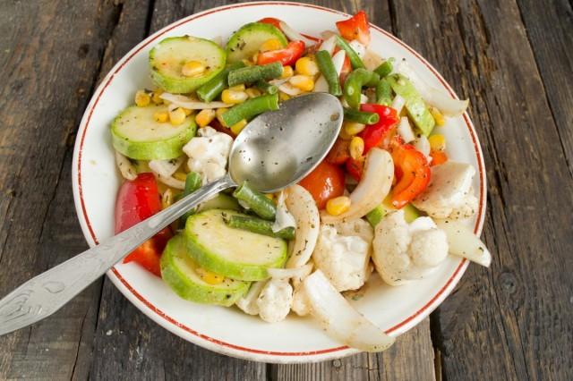 В миску с овощами добавляем стручковую фасоль, кукурузу, специи, соль и растительное масло