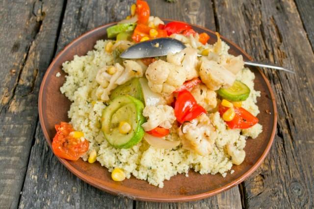 На тарелку выкладываем кускус, сверху запеченные овощи