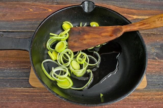 На сковороду выкладываем нарезанный лук-порей