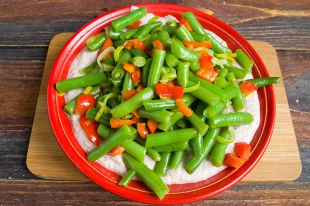 На соус выкладываем тёплые овощи