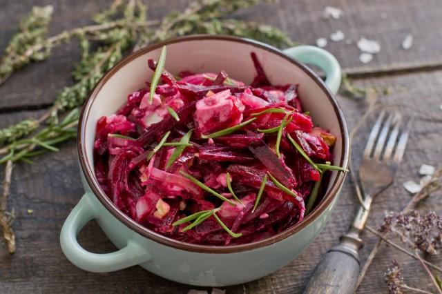 Салат из свёклы с луком, брынзой и грецкими орехами
