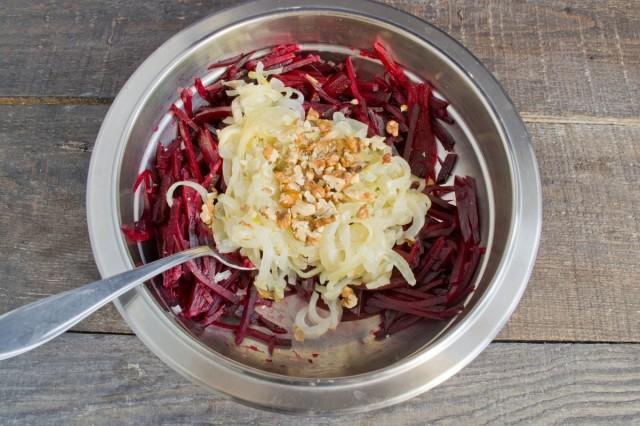 Добавляем в салат грецкие орехи