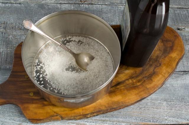 Насыпаем в кастрюлю крупную соль