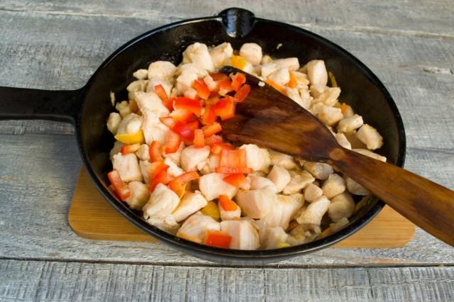 Обжариваем мясо, помешивая, затем наливаем рисовый уксус и соевый соус, насыпаем сахарный песок, соль по вкусу
