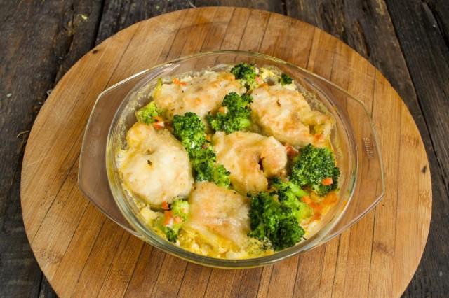 Запекаем минтая с овощами в духовке при температуре 160 градусов 20-25 минут.