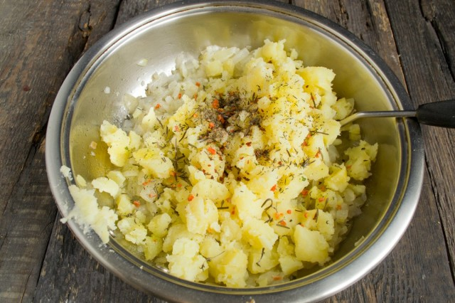 Добавляем в картофель приправы и специи