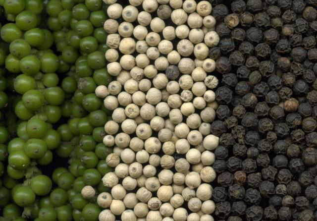 Перец чёрный: зелёный, высушенный без кожуры и высушенный с кожурой