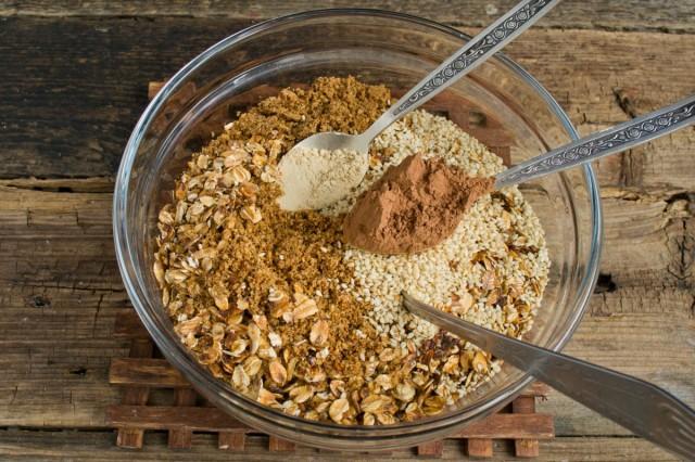 Измельчаем обжаренные орехи и семечки. В миске смешиваем все подготовленные ингредиенты