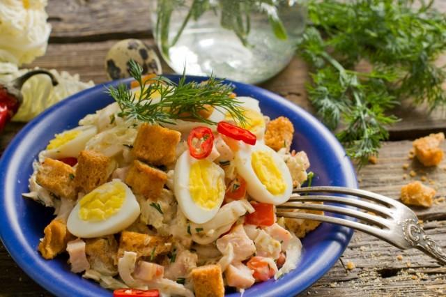 Салат с ветчиной, пекинской капустой и перепелиными яйцами