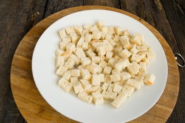 Нарезаем кубиками белый хлеб