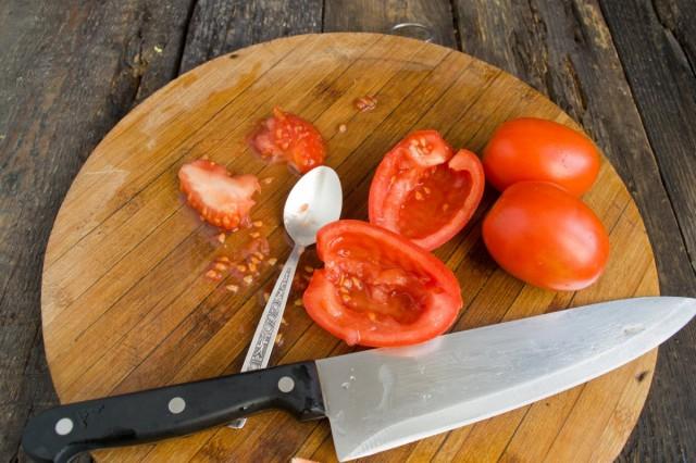 Извлекаем семена из помидоров и нарезаем мякоть